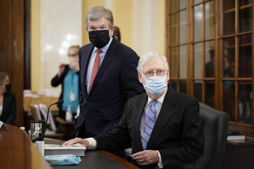 El líder de la minoría republicana en el Senado, Mitch McConnell, derecha, y el senador republicano Roy Blunt