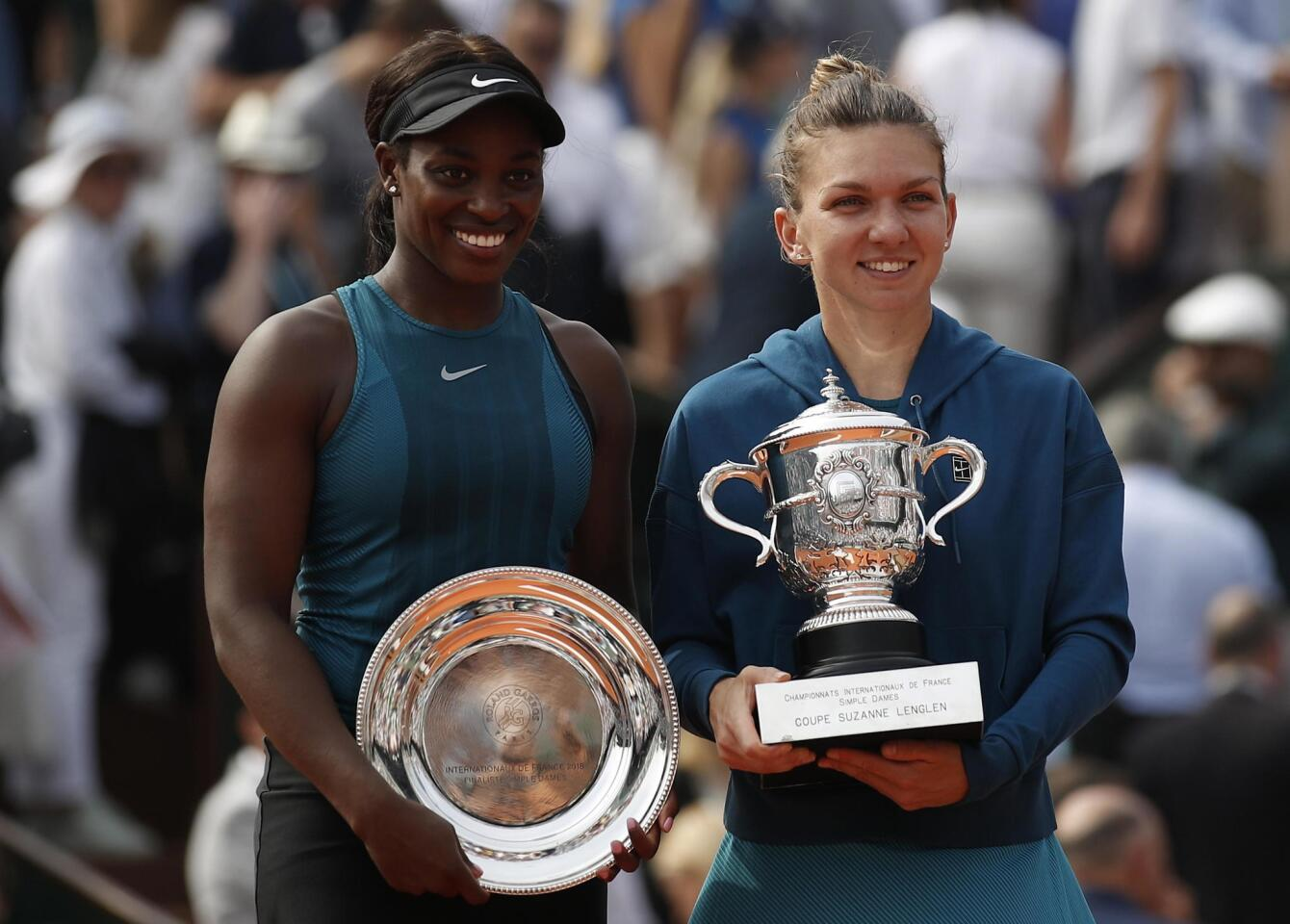 Paris (France), 09/06/2018.- Winner Simona Halep of Romania (R) and runner-up Sloane Stephens of the USA pose with their trophies after their women'Äôs final match during the French Open tennis tournament at Roland Garros in Paris, France, 09 June 2018. (Abierto, Abierto, Tenis, Rumanía, Francia, Estados Unidos) EFE/EPA/YOAN VALAT ** Usable by HOY and SD Only **