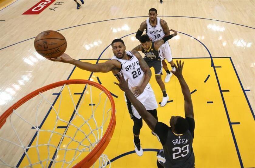 El jugador de San Antonio Spurs Rudy Gay (i) en acción ante Draymond Green (d) de los Golden State Warriors durante un juego de la primera ronda de las eliminatorias de la Conferencia Oeste de la NBA entre los San Antonio Spurs y los Golden State Warriors, en Oakland, California (EE.UU.). EFE
