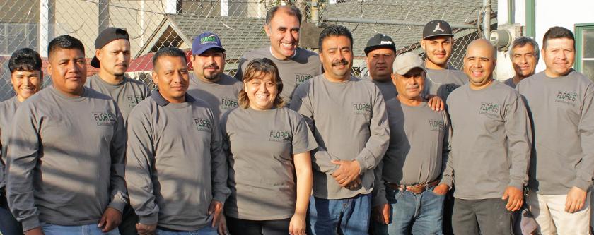 Rumaldo Flores trabaja con algunos de sus empleados en su propia empresa.