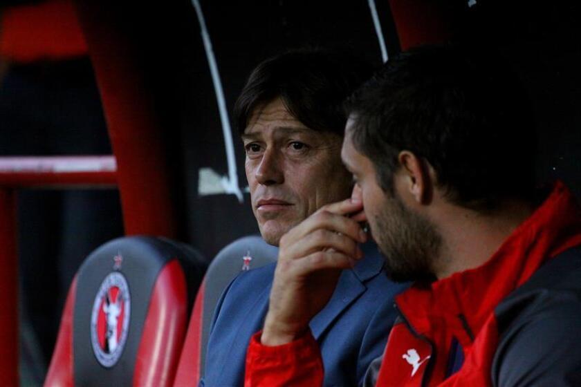 El técnico de Chivas, Matias Almeyda (i), observa a sus jugadores. EFE/Archivo
