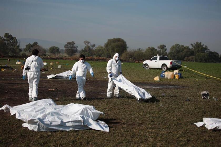 Expertos forenses trabajan este, sábado en el sitio donde 67 personas han muerto al estallar una toma clandestina de gasolina de Petróleos Mexicanos (Pemex) en en Tlahuelilpan (México). EFE