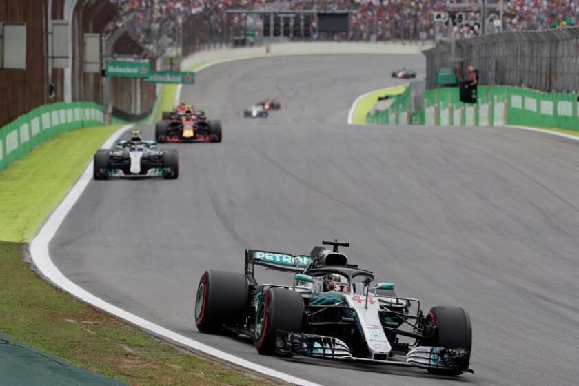 El monoplaza conducido por el piloto británico Lewis Hamilton (d), del equipo Mercedes de Fórmula 1, fue registrado este domingo, durante el desarrollo del Gran Premio de Brasil, en el autódromo Interlagos de Sao Paulo. EFE