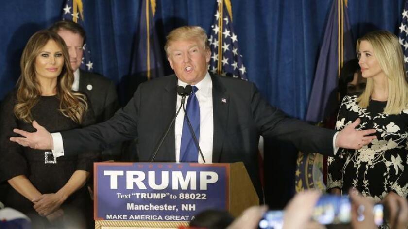 El precandidato presidencial republicano Donald Trump se dirige a sus partidarios durante una manifestación en la noche de las primarias, en Manchester, New Hampshire.