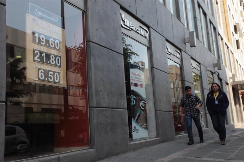 El dólar cerró hoy en 21,52 pesos mexicanos a la venta en el mercado interbancario, un nuevo mínimo histórico que llega en un momento convulso para México con la cancelación de una gran inversión de la automotriz Ford en el país y crecientes protestas por el alza de precios de los combustibles. EFE