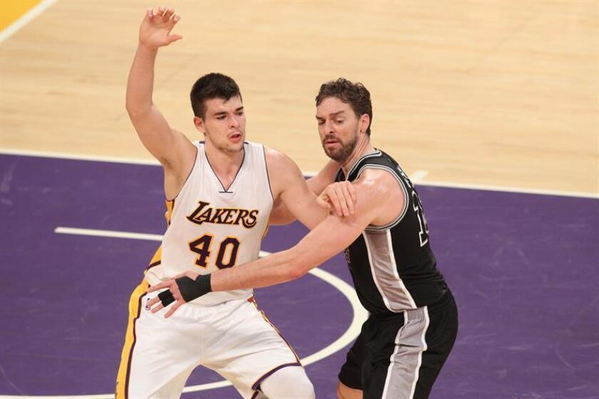 En la imagen, el jugador de los Spurs de San Antonio, el español Pau Gasol (d) disputa la bola ante Ivica Zubac (i) de los Angeles Lakers. EFE/Archivo
