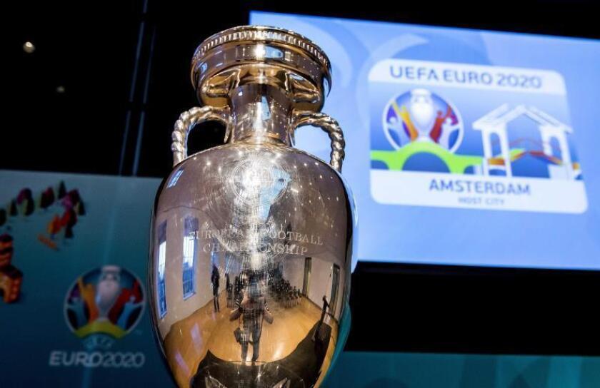 Vista del trofeo de la Eurocopa durante la presentación del logotipo del torneo en su edición de 2020 presentado en el Hermitage de Amsterdam, Holanda. EFE/Archivo