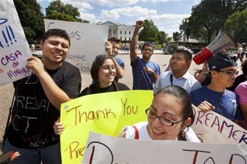 ALos jóvenes hispanos y asiático-estadounidenses que son inmigrantes o tienen padres inmigrantes tienden a ser más liberales en sus opiniones sobre política e inmigración que aquellos cuyas familias llevan más generaciones en Estados Unidos, de acuerdo con un nuevo sondeo GenForward.