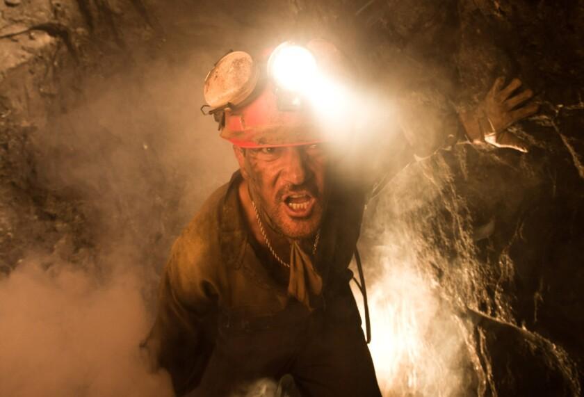 """Antonio Banderas en una escena de """"The 33"""", película basada en el drama real de los mineros chilenos que quedaron encerrados tras un derrumbe."""
