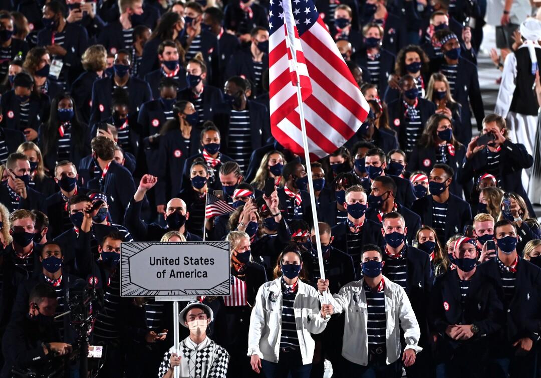 تیم ایالات متحده با پرچم راه می رود
