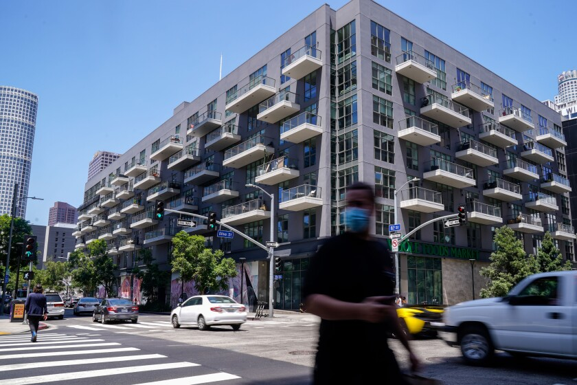 Rents are coming down in Los Angeles as landlords seek to fill an increase in vacancies.