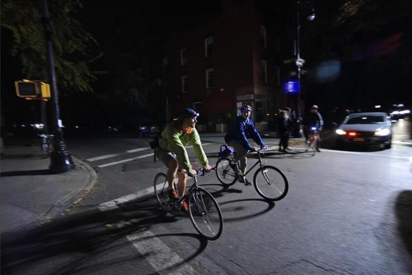 Varias personsa cruzan en bicicleta por Greenwich Willage en Nueva York (NY, EE.UU.). EFE