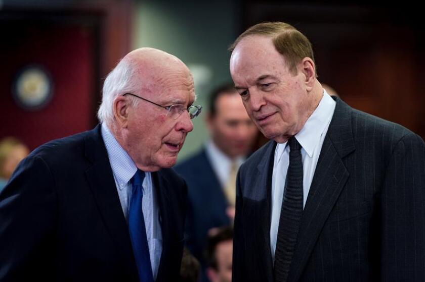 Los senadores Richard Shelby (d) y Patrick Leahy (i) conversan antes de una reunión con miembros de la Cámara de Representantes y el Senado en la Conferencia del Comité de Asignaciones sobre Seguridad Nacional, el miércoles 30 de enero en Washington (Estados Unidos). EFE/Archivo