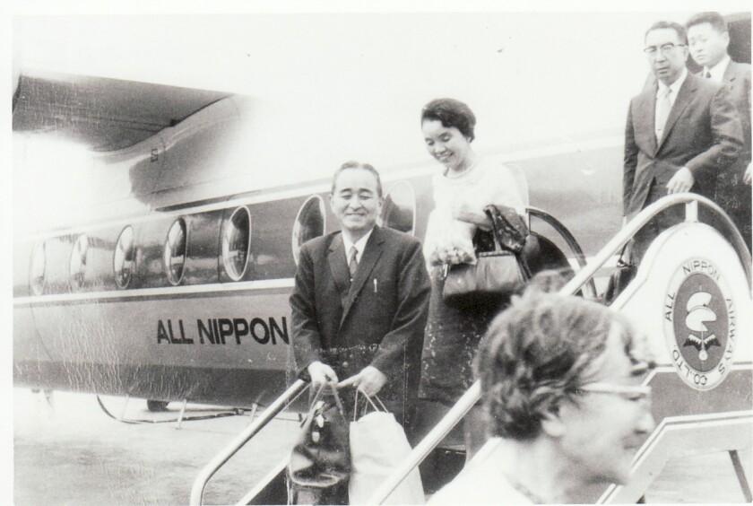 1966年の飛行機搭乗階段の松尾隆。