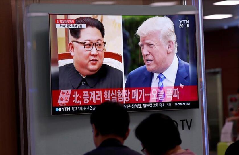 Varios surcoreanos siguen por televisión informaciones referidas a los líderes norcoreano, Kim Jong-un, y estadoundiense, Donald Trump, en la Estación de Seúl (Corea del Sur), el 24 de mayo de 2018. EFE/Archivo