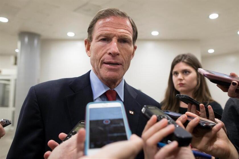 El senador estadounidense por Connecticut Richard Blumenthal ofrece declaraciones a periodistas. EFE/Archivo