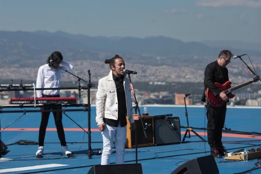 Los integrantes de la agrupación de rock Café Tacvba se presentan hoy, jueves 01 de diciembre de 2016, en lo alto del edificio corporativo en Ciudad de México (México), donde interpretaron siete canciones, a unos 2.490 metros de altitud, ante 20 seguidores elegidos mediante un concurso. EFE