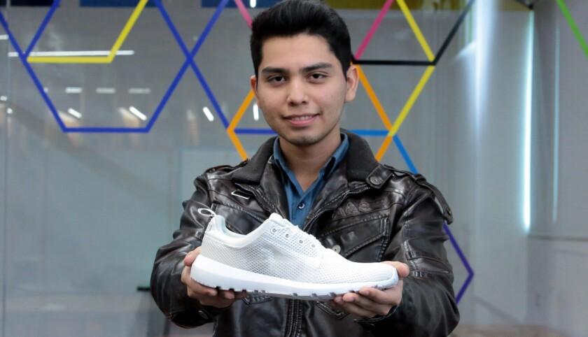 Víctor Kevin González Beltrán, adolescente mexicano que creó su versión de tenis de 'Volver al futuro'.