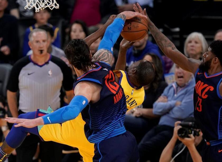 Golden State Warriors forward Kevin Durant (C) goes to the basket while drawing a foul by Oklahoma City Thunder center Steven Adams (L) during the second half of their NBA game at Oracle Arena in Oakland, California, USA. EFE