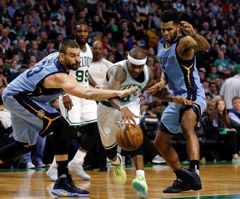 El jugador de Celtics Isaiah Thomas (c) conduce el balón ante la marca de Marc Gasol (i) y Andrew Harrison (d), de Grizzlies, durante un partido entre Grizzlies y Celtics por la NBA, en el TD Garden de Boston, Massachusetts (EE.UU.). EFE