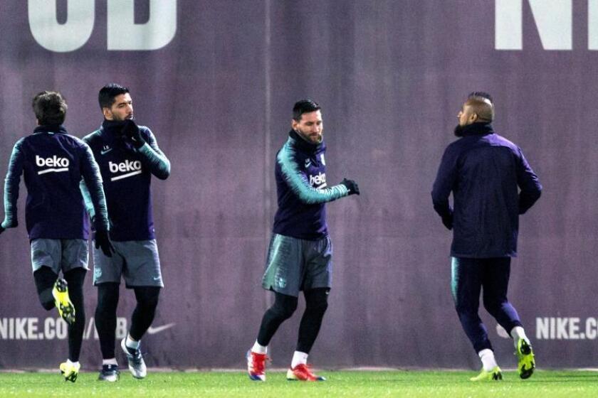 El delantero argentino del FC Barcelona Leo Messi (c), el delantero uruguayo Luís Suárez (i) y el delantero chileno Arturo Vidal (d) participan en una sesión de entrenamiento del FC Barcelona. EFE/Archivo