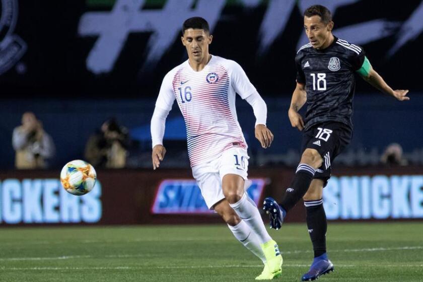 Pablo Hernández (i) de Chile disputa el balón con Andrés Guardado (d) de México durante un partido amistoso internacional este viernes en el estadio SDCCU, en San Diego, California (EE.UU.). EFE