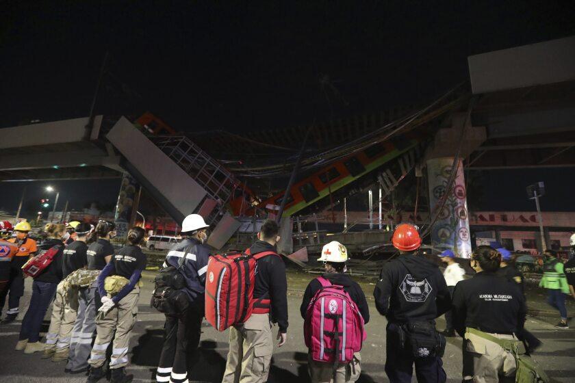 El personal de rescate se detiene frente a los vagones del metro de Ciudad de México