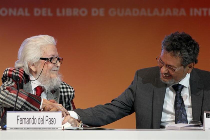 """Los escritores Fernando del Paso y Élmer Mendoza participan durante el homenaje a Juan Rulfo: """"De todos modos, Juan te llamas"""" hoy, viernes 01 de diciembre de 2017, en Guadalajara (Mexico). EFE"""