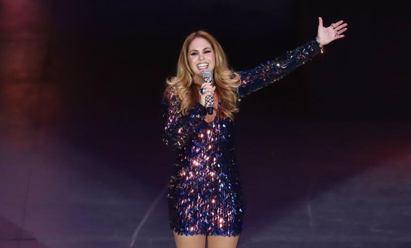 La cantante mexicana Lucero durante una de sus presentaciones en vivo.