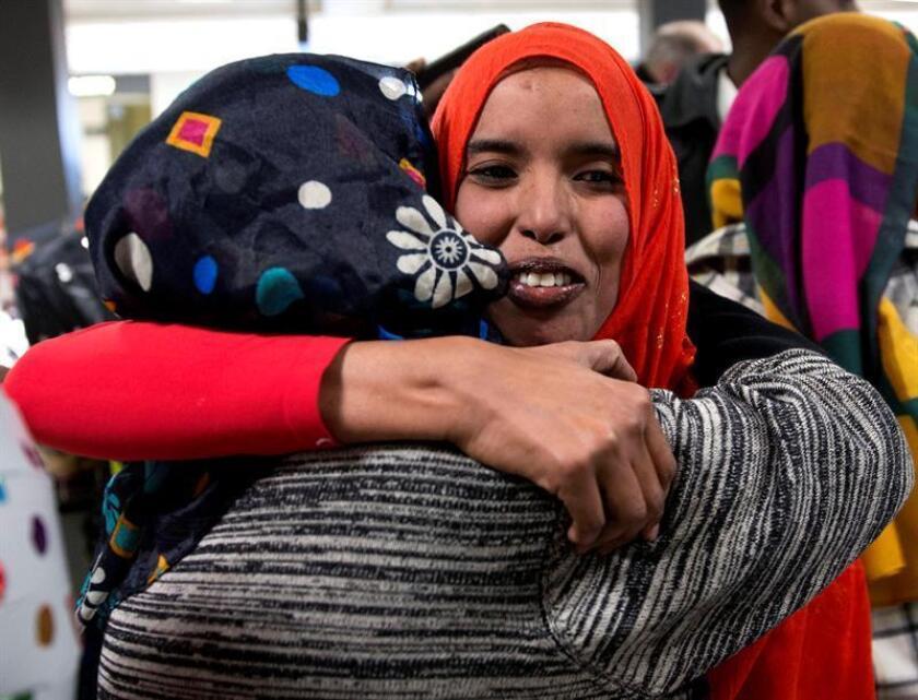 Dos hermanas de nacionalidad somalí a las que denegaron el acceso tras el veto migratorio del presidente estadounidense, Donald Trump, se abrazan en el aeropuerto de Chantilly, Virginia, Estados Unidos. EFE/Archivo