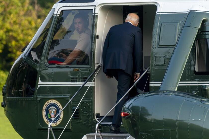 El presidente Joe Biden aborda el helicóptero presidencial en el Jardín Sur de la Casa Blanca, el jueves 29 de julio de 2021, en Washington. (AP Foto/Andrew Harnik)