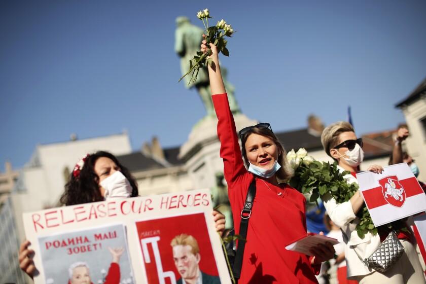 Unas mujeres participan en una protesta en apoyo a los manifestantes pro-democracia de Bielorrusia afuera del Parlamento Europeo, en Bruselas, el 21 de septiembre de 2020. (AP Foto/Francisco Seco)