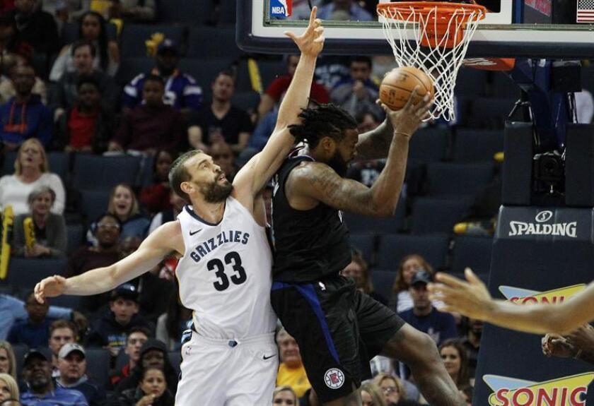 El jugador Marc Gasol (i) de Memphis Grizzlies en acción ante DeAndre Jordan (d) de Los Ángeles Clippers durante un juego de la NBA, que se disputa en el FedExForum en Memphis, Tennessee. EFE