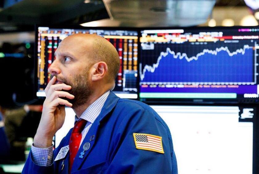 Varios operarios trabajan en la Bolsa de Nueva York, Estados Unidos. EFE/Archivo