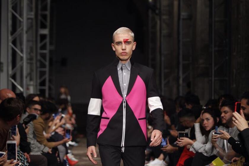 Un modelo presenta una creación de la firma mexicana RCano durante la Semana de la Moda Mercedez-Benz Ciudad de México hoy, jueves 11 de octubre de 2018, en Ciudad de México (México). EFE