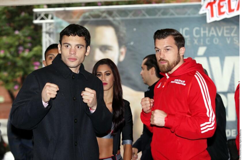 Julio César Chávez Jr. y Dominik Britsch posan en Monterrey, México, durante la rueda de prensa de presentación de la pelea.