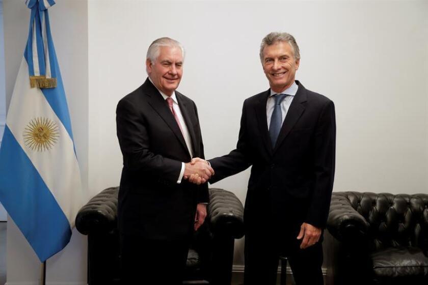 El secretario de Estado de Estados Unidos, Rex Tillerson (i), saluda al presidente de Argentina, Mauricio Macri (d), hoy, 5 de febrero de 2018, en un encuentro privado en la residencia presidencial de Los Olivos en Buenos Aires (Argentina), en el último día de su visita oficial al país austral. EFE