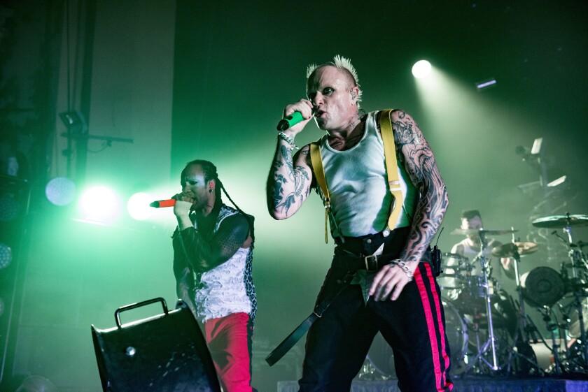 Keith Flint, derecha, y Maxim Reality, de The Prodigy, durante un show en Brixton Academy de Londres, en diciembre del 2017.