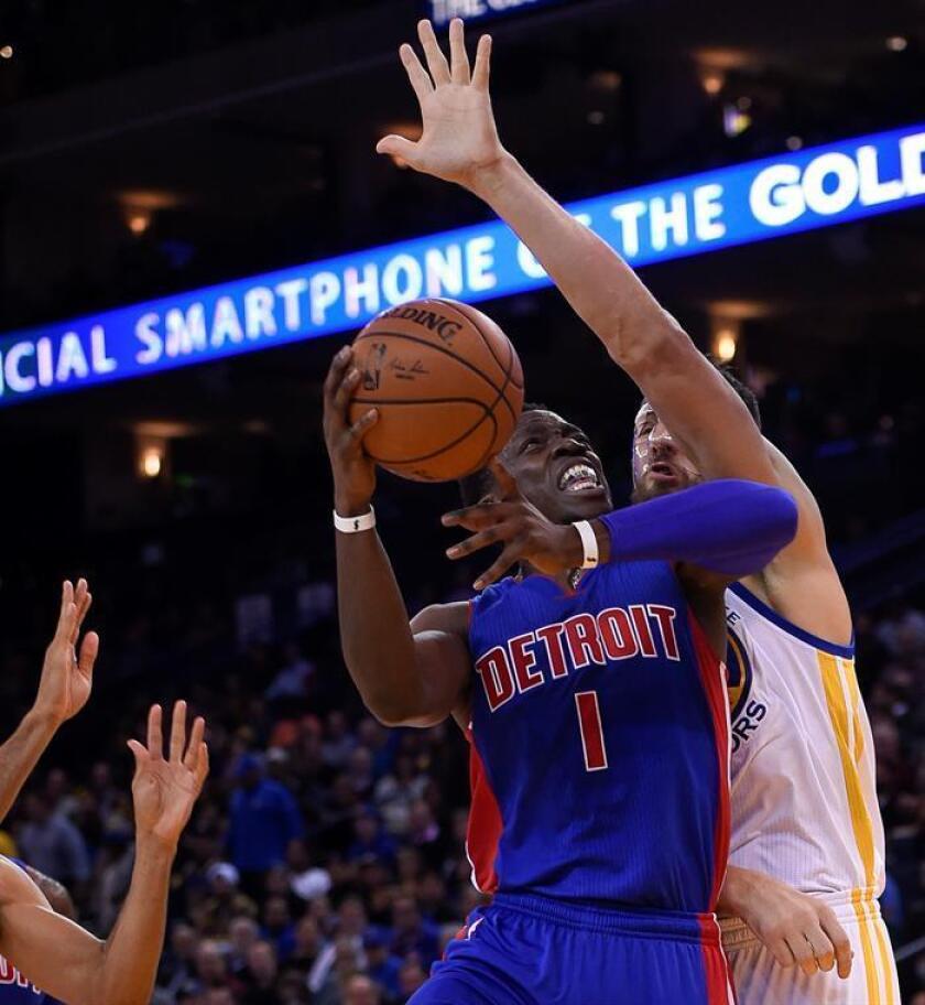El base Reggie Jackson (c) logró 23 puntos y los Pistons de Detroit vencieron 131-107 a los Suns de Phoenix. EFE/Archivo