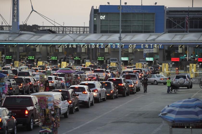 El tráfico en Tijuana para cruzar a San Ysidro en agosto de 2020.