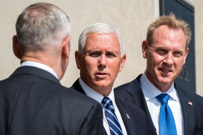 El vicepresidente estadounidense, Mike Pence (c), el secretario de Defensa, James Mattis (i), y el subsecretario de Defensa, Patrick Shanahan (d), llegan a un acto en el Pentágono de Arlington, Virginia (Estados Unidos), el 9 de septiembre del 2018. EFE/Archivo