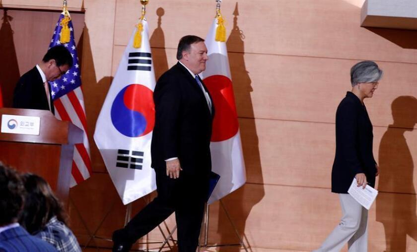 La ministra de Relaciones Exteriores de Corea del Sur, Kang Kyung-hwa (d), el secretario de Estado estadounidense, Mike Pompeo (c), y el ministro de Exteriores de Japón, Taro Kono (i), al término de una coferencia de prensa en Seúl, este jueves 14 de junio. EFE