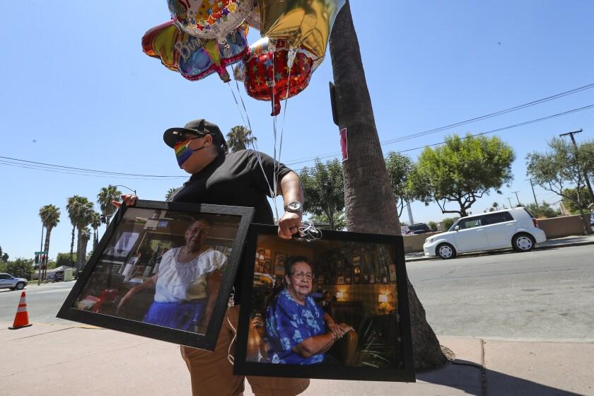 Denise Vara apporte des ballons et des photos de Lucy Reyes pour son service commémoratif devant le café Mitla à San Bernardino.