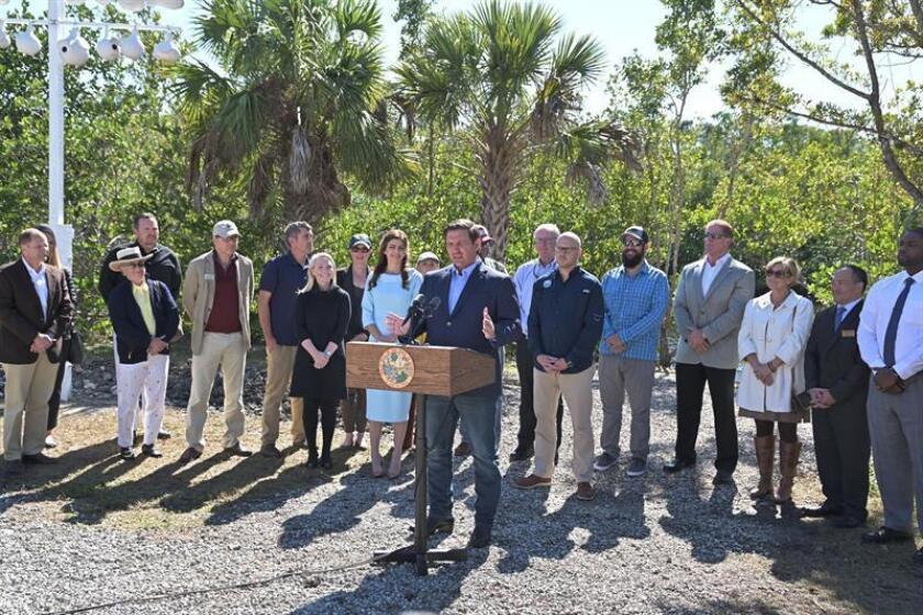 Fotografía cedida por la Oficina de Prensa del Gobernador Ron DeSantis donde aparece el gobernador de Florida, Ron DeSantis (c), mientras habla durante un acto celebrado este martes en Naples, Florida (EE.UU.). EFE/SOLO USO EDITORIAL