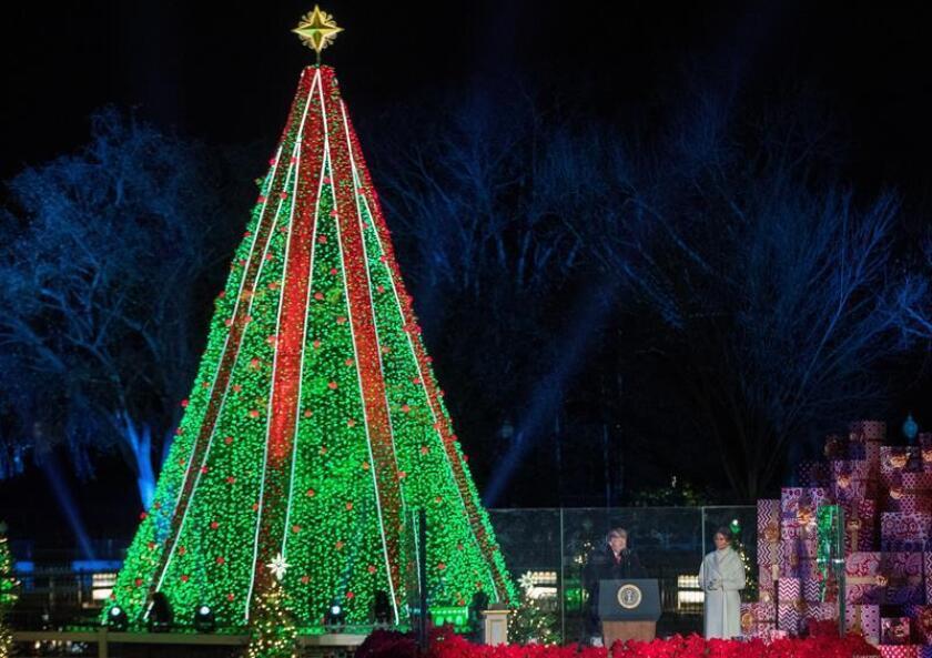 El presidente de los Estados Unidos, Donald J. Trump (i), y la primera dama, Melania Trump (d), participan en la Iluminación del Árbol de Navidad Nacional hoy, en The Ellipse, en President's Park, al sur de la Casa Blanca, en Washington (EE.UU.). EFE