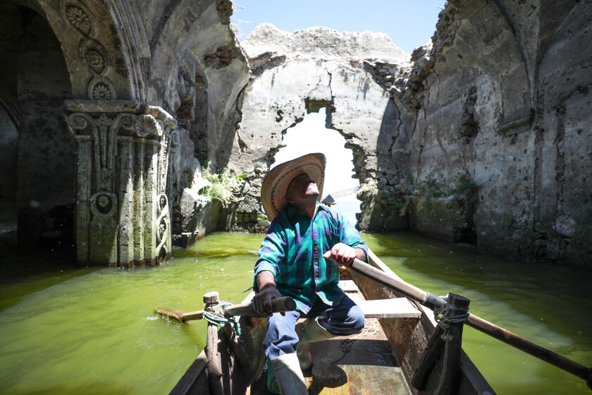 Un indígena recorre en su balsa el interior del Templo de la Virgen de los Dolores