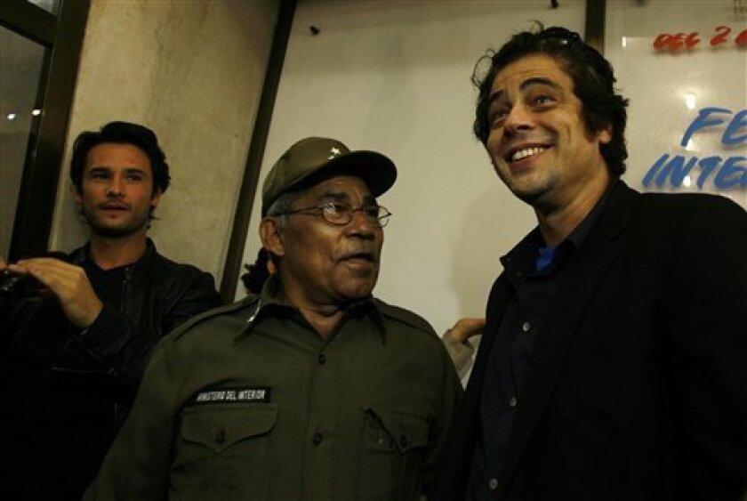 Cuban Army Col. Leonardo Tamayo Nunez, who fought alongside 'Che' Guevara in Cuba and Bolivia, shares a moment with Puerto Rico's actor Benicio Del Toro during the premier of the movie 'Che', by U.S. director Steven Soderbergh, at the Latin American Film Festival at the Yara theater in Havana, Saturday, Dec.6, 2008. Del Toro plays the Argentinean-born revolutionary leader in the film.(AP Photo/Javier Galeano)