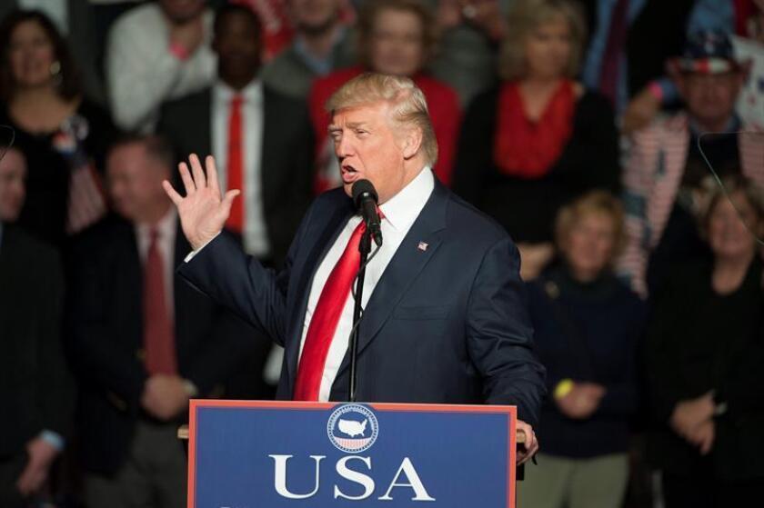 """El presidente electo de Estados Unidos, Donald Trump, aplaudió al mandatario ruso, Vladímir Putin, por haber dicho que Hillary Clinton y el Partido Demócrata perdieron de manera """"humillante"""". EFE/ARCHIVO"""