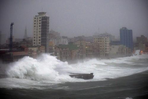 ARCHIVO - En esta foto de archivo del 9 de septiembre de 2017, fuertes olas causadas por el huracán Irma golpean el Malecón en La Habana, Cuba. El elegante bulevar costero, donde los edificios de principios del siglo XX son golpeados por enormes olas durante las tormentas y los frentes fríos, ahora se ve empujado hacia el colapso por el aumento del nivel del mar, los huracanes más intensos y décadas de abandono. (AP Foto / Ramón Espinosa, Archivo)