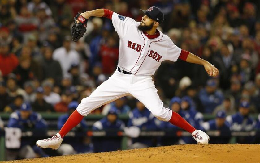 David Price de los Medias Rojas de Boston lanza en el juego dos de la Serie Mundial entre los Medias Rojas y los Dodgers, en Fenway Park, Boston (EE.UU.). EFE
